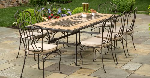 Kovácsoltvas székek és asztalok
